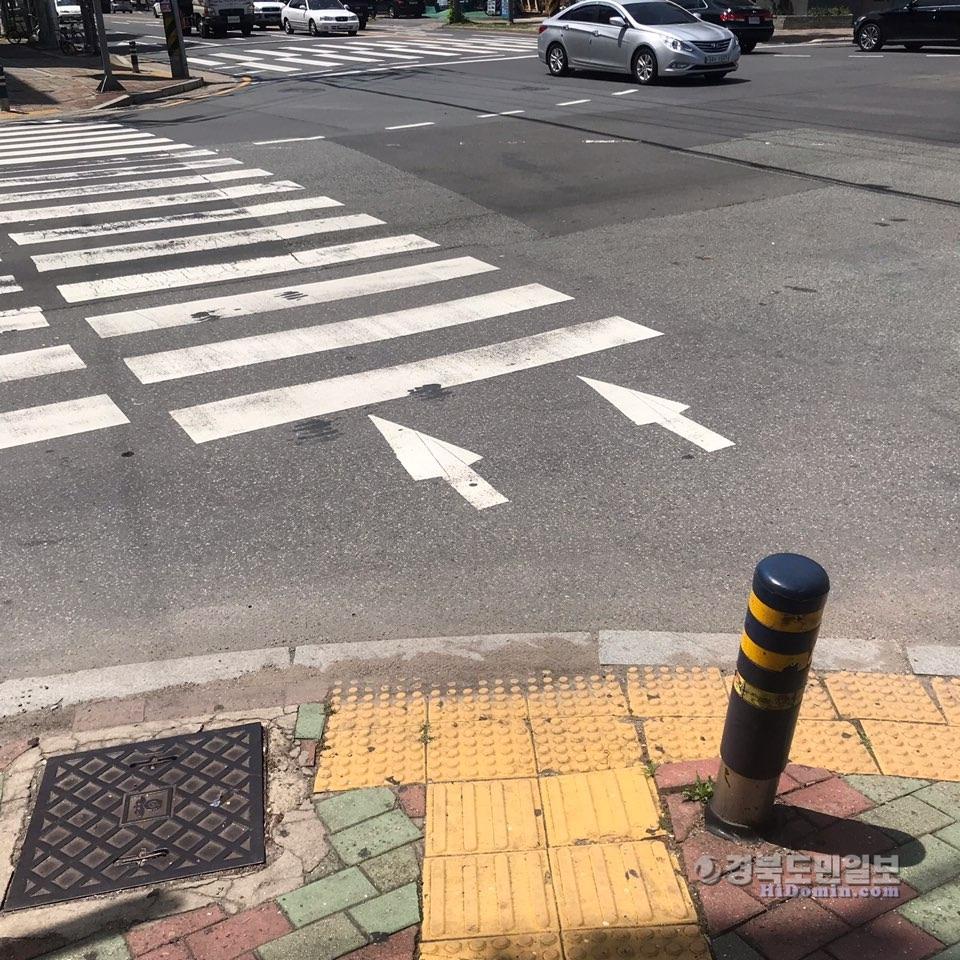 포항시 남구 해도119 사거리 횡단보도 앞 점자블럭이 횡단보도 방향이 아닌 도로를 향하고 있다.